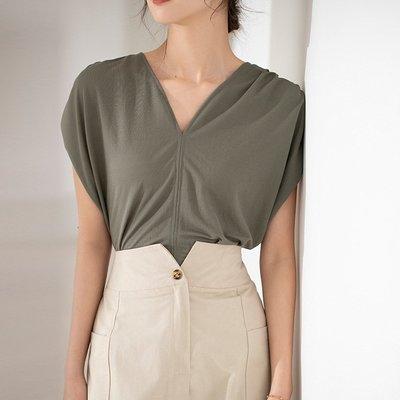 設計款舒適柔軟上衣 V領抓褶落肩袖寬鬆T恤 艾爾莎【TAE8773】