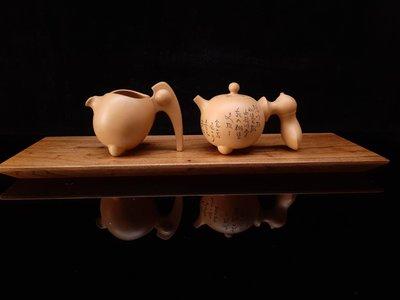 金絲楠木茶盤(1),40多年準備做嫁妝沒用老板子,加工做乾式茶盤,亮光下金絲微現,煞是漂亮,長約50公分,寬約16公分,厚約2.2公分。