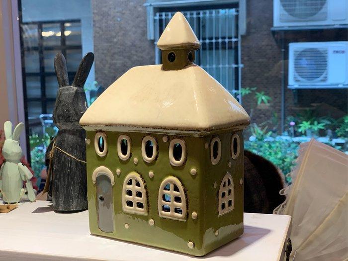 *黑頭小羊雜貨小舖*日本帶回zakka~白色雪景屋頂歐式綠色小房子燭台/陶瓷歐風小房子燭台裝飾/雪景歐式陶瓷小屋