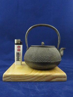 『 已售出 』日本老砂鐵急須 三嚴堂 霰紋形松果摘鈕 Y字把 約300cc 砂鐵壺 (( 日本鐵壺 鐵器 南部鐵器