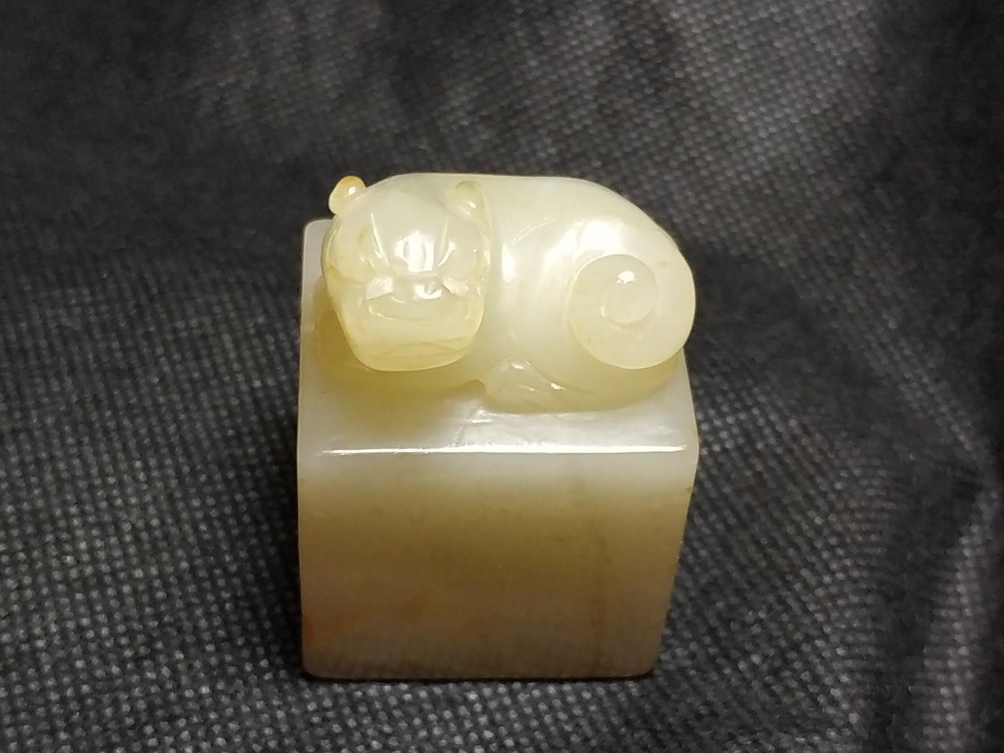諸羅山人新年賀禮10~~傳家老和田白玉雕獅鈕印;玉質雕工極佳。長3.3寬2.8高.5公分102.2公克。
