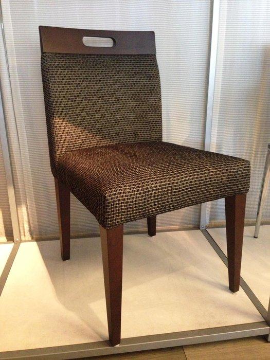 [ 椅子王 ]---木把手實木餐椅